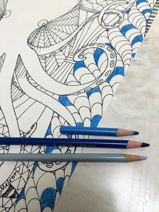 Tiempo para añadir color! Utilizando un esquema análogo, elija el primer lápiz de color y añadirlo al patrón Zentangle.