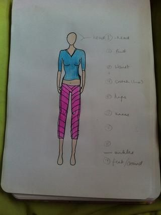 De todos modos, borrar las líneas de lápiz y dibujar sus diseños de moda! Colorear en ella, porque se ve bien cuando se's coloured in :)