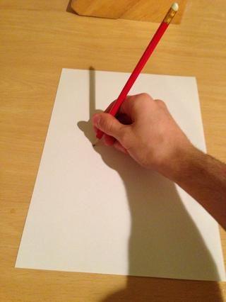 Coloque la punta del lápiz sobre el lápiz en el papel sin apretar para que se dibujará, pero no detener el papel se mueva.