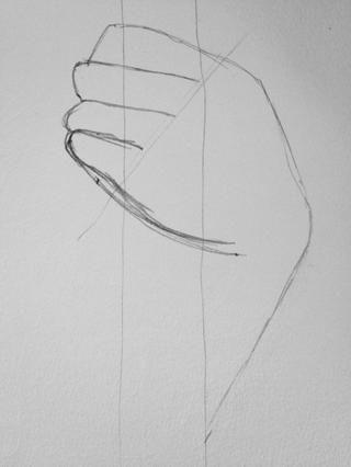 Dibuje una parte inferior más precisa de la mano que tiene una forma más realista.