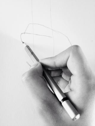 Pon tu lápiz en la línea del nudillo del dedo medio.