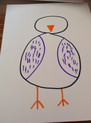 A continuación, utilizando el marcador de color naranja o amarillo, dibuja los pies y el pico.