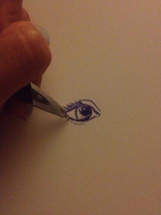 Comience a disfrutar de más deliberada con el lápiz al hacer las líneas de la más oscura pestañas. Colorea el alumno, pero deje un poco de ella sin color. Esto actúa como un punto culminante en la pupila y añadirá contraste.