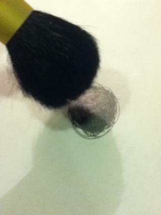 Obtener un poco de plomo en polvo o dibujar un parche del mismo y tomar un cepillo suave y esponjosa y la capa de su ojo en unas pocas capas si.