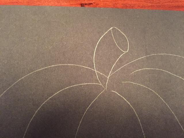 Dibuja una línea curva corta a la derecha de la ovalada para crear el tallo.
