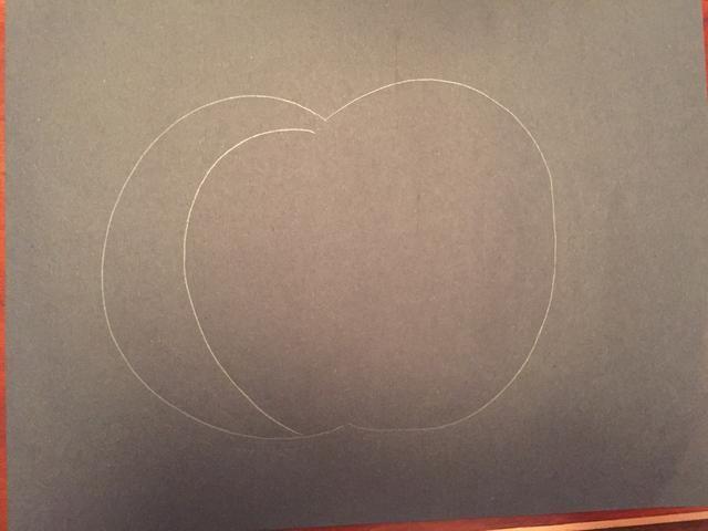 Dibuja una línea curva dentro de su calabaza.