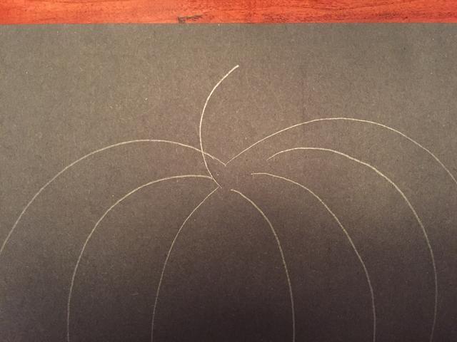 Dibuja una pequeña línea curva en la parte superior de la calabaza.