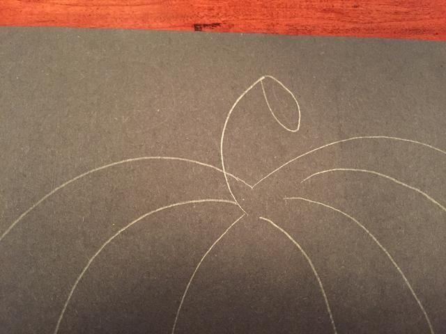 Dibuja un óvalo bajo la línea corta.
