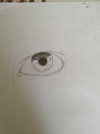 Comience a la sombra del iris. La parte superior del iris va a ser muy oscuro, porque es allí donde la sombra es. Colorear la pupila muy oscuro, empujando el lápiz tan oscuro como sea posible.
