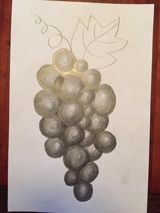 El color en espacios entre las uvas negro.