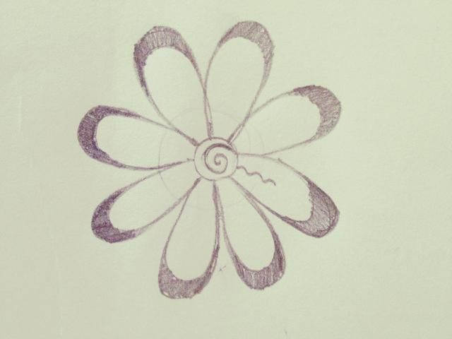 Dibuja una línea ondulada en el interior del pétalo, como este. Ir a mitad de camino hasta el pétalo.