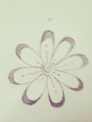 Dibuja un círculo por encima de los pétalos, acerca hasta aquí arriba.
