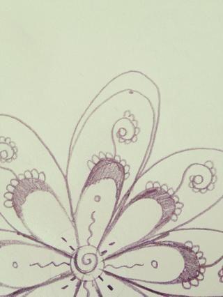 Dibuja un bucle por encima del segundo pétalo como este.