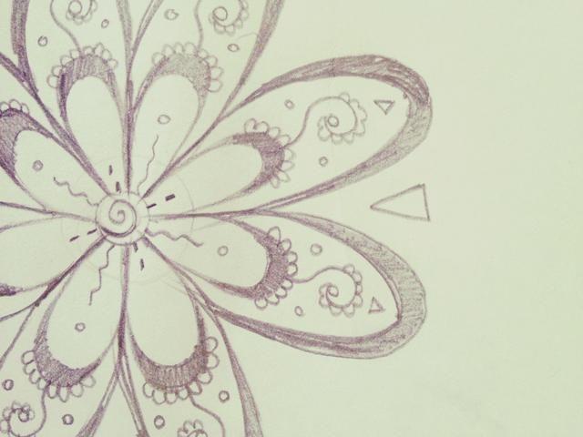 Dibuja un triángulo al revés entre los huecos de los pétalos como este.
