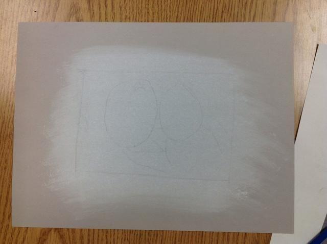 Después de líneas (incluyendo el marco) la localización, líneas de grafito débiles aparecen en el papel falso.