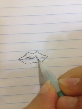 A continuación, empezar a dibujar las líneas por la apertura del labio en ambos sentidos
