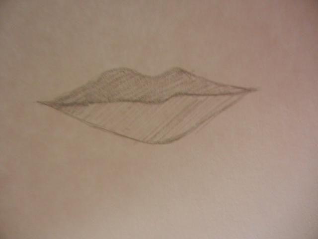Sombra en los labios rápidamente con un movimiento hacia atrás y hacia adelante rápidamente con el lápiz. El labio superior debe ser sombreada en más oscuro.