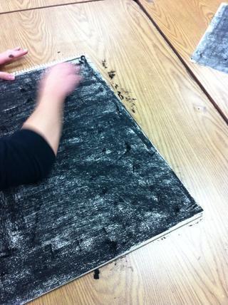Una vez recubiertos, smoosh adentro con una toalla de papel o con las manos lo que es un negro liso.