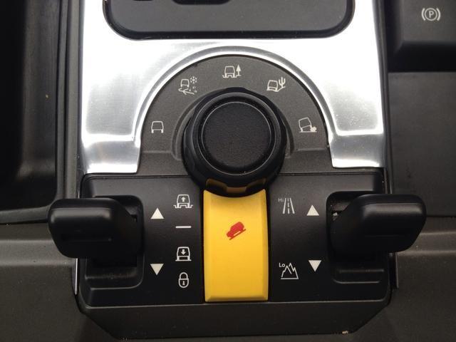 Para bajar el coche tire de la palanca de la izquierda hacia atrás. Para bloquear en esa posición retenerlo hasta que escuche el bong. Para desbloquear sostenerlo adelante. La altura es 1,97 m.