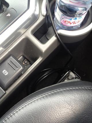 Hay un micro usb cable de carga (por teléfono) y 3.5mm Walkman enchufe al lado de su asiento. Para escuchar un iPod seleccionar AUX en la radio.