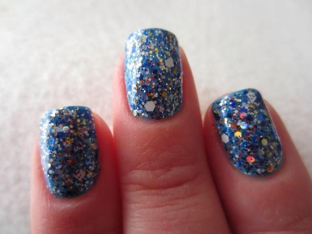 Pinte todas las 10 uñas con pegamento y dejar que se seque por completo (unos 10 metros). Cuando el pegamento es clara y mate de aspecto esté listo para pintar su esmalte de brillo sobre ella, como lo haría con cualquier otra capa base.
