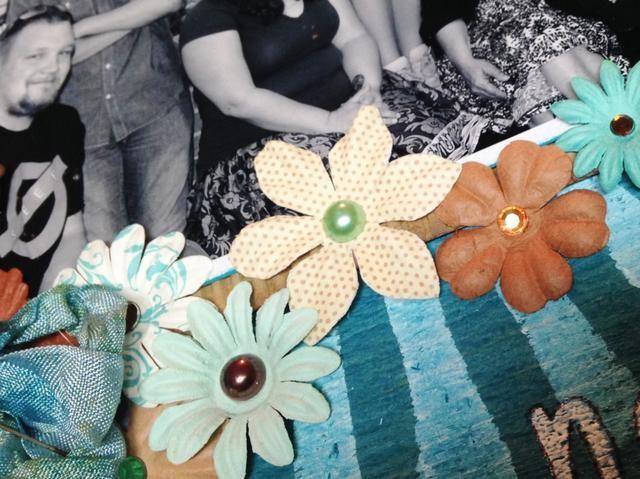 añadir strass y perlas a los centros de flores.