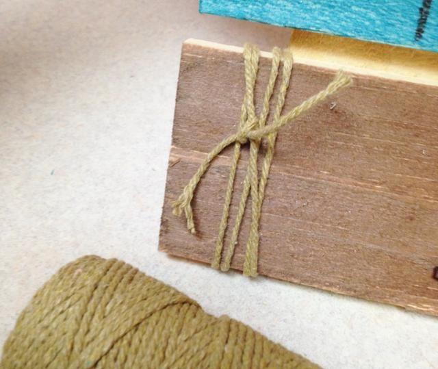 envolver cuerda y atar alrededor de la parte izquierda del panel inferior y lado derecho del panel superior.
