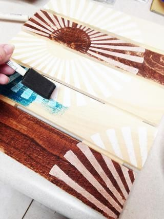 hacen áreas gessoed estén completamente secos ... entonces comienzan manchando los paneles de madera con tinta colorante diluido 50/50 con agua. usar más agua para los colores más claros y menos para más oscura. aplicar con pincel de espuma.