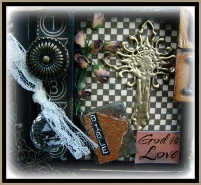 El lado derecho es un pomo de la puerta, de cristal cordón con el cordón utilizando una anilla, la cruz es una pieza de aglomerado y en relieve con UTEE oro. La Biblia era una vieja pieza de joyería y he añadido las letras.