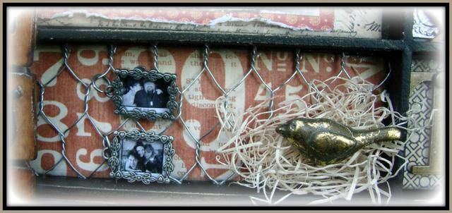 Para el fondo me corté un trozo de alambre de pollo y adherí ella. El uso de relleno floral he creado un pequeño nido. Aplicada frote oro n aficionado a las aves. Se adjunta los dos marcos de mini pic utilizando anillos del salto.