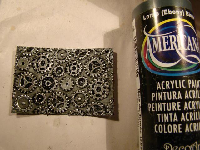 Pintadas una capa de pintura de acrílico negro sobre toda la superficie y el uso de una toalla de papel, borrado de la parte superior. Esto proporciona un agradable efecto sucio a su metal.