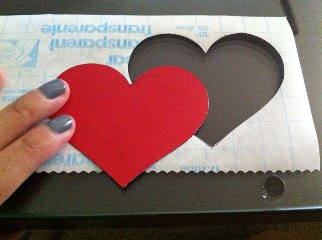 Trazar su plantilla en un pedazo de papel de contacto y cortar a cabo. Asegúrese de dejar un borde alrededor de la plantilla.