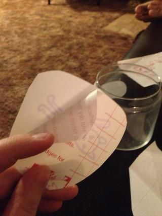 Recorte su imagen para adaptarse dejando una generosa frontera. Pelar el papel protector y pegar el papel de contacto con el vidrio limpia.