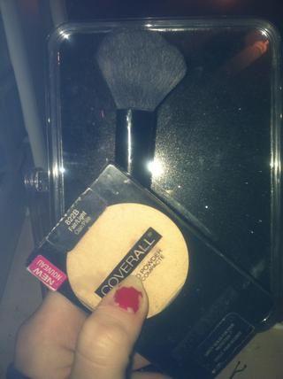Establezca su maquillaje con un polvo translúcido o teñido para hacer su maquillaje pasado y evitar que brille!