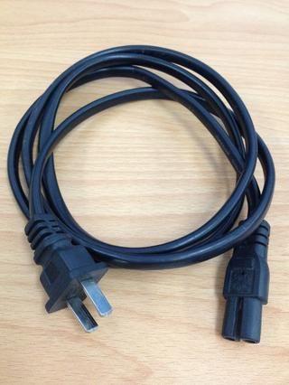 Usted puede comprar un cable de alimentación AC genérica de su hardware / tienda de electricidad más cercana. Estos son muy baratos o, es posible encontrar un cable de alimentación de CA no utilizada por ahí.
