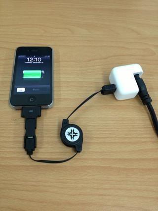 Aquí está en acción. Ahora puede colocar el cargador en la parte superior de su escritorio. Esto también le permite más libertad de acción en el manejo de tu iPhone (o cualquier dispositivo) mientras se está cargando.