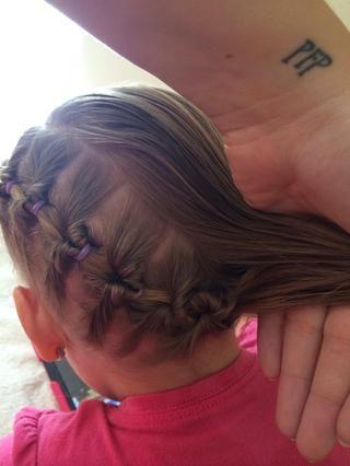 Tome el extremo de la trenza falso y el otro lado del pelo