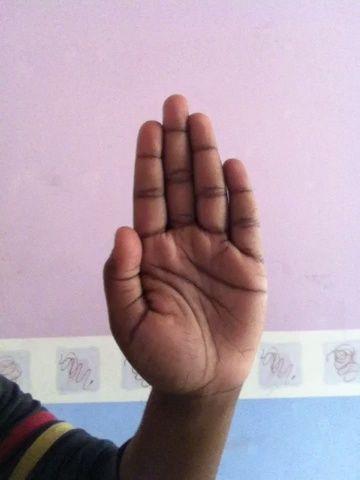 J. Dibujar un J entre el dedo medio y el pulgar
