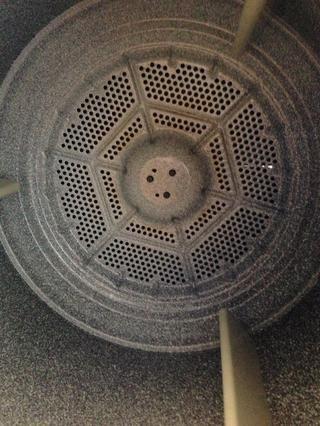 Ahora, deshacer los tornillos en el interior del tambor. Usted debe ser capaz de mover el tambor de debajo de la cinta una vez que se quitan los tornillos. Es posible que desee guantes para este bit porque el tambor tiene bordes afilados.