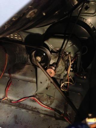Asegúrese de que la cinta está en la polea correctamente. Esta es una vista a través de un pequeño panel de tornillo-off en la parte posterior de la máquina: difícil de ver, pero la cinta se acerca la gran polea y bajo el eje del motor.