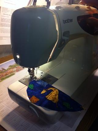 Utilice su máquina de coser para agregar a la aparición de las piezas cortadas de tela. Este paso también es opcional!