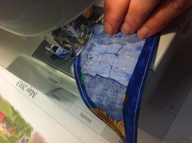 Dobla la vuelta por segunda vez y coser en la línea actual.