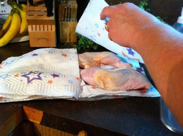 Asegúrese de que todo el pollo es seco. Esto le da una piel crujiente. Puse toallas de papel debajo y en la parte superior.