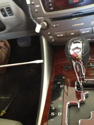 Para llegar al conjunto inferior de tornillos, utilice un destornillador para tirar suavemente estos carriles fuera.