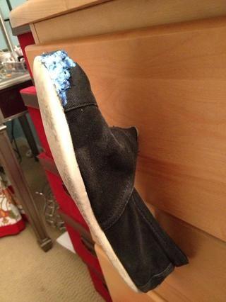 Colgar a secar en sus mandos de la cómoda. Asegúrese de que el pegamento doesnt toque nada!