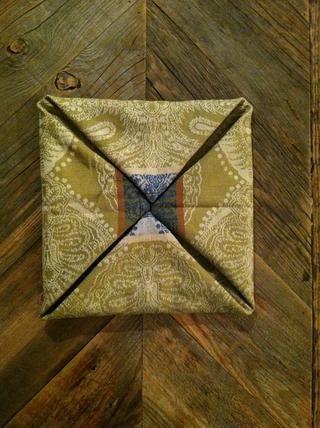 Una vez que todas las esquinas se doblan, usted debe tener un cuadrado alrededor de 1/4 del tamaño de la servilleta desplegada.
