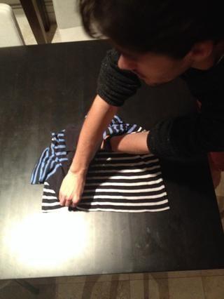 Llevar la mano en la parte superior de la camiseta directamente a la parte inferior, manteniendo la mano en el medio en el lugar
