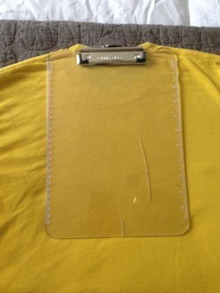 Colóquelo en el centro de la camiseta Además justo debajo de la línea del cuello