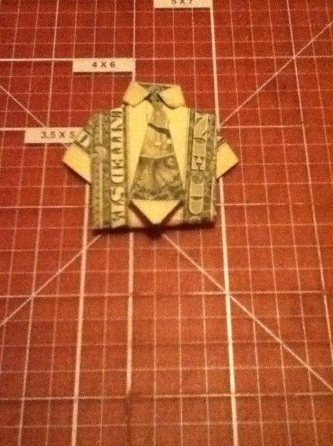 Cómo doblar una camisa del dólar Origami