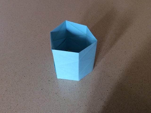 Ajuste los pliegues de modo que está en una forma hexagonal como tal.